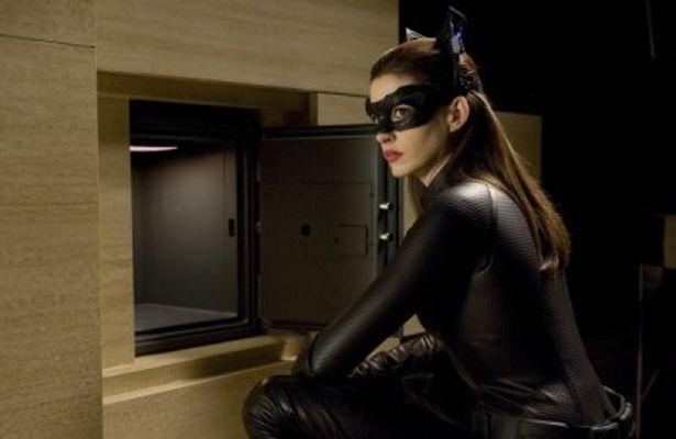 黒革のフィットしたコスチュームに身を包み、俊敏な動きで敵を翻弄する美女キャットウーマン