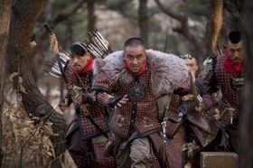 獰猛なマッチョたちが野に放たれた!?超ワイルドな弓兵集団がすごい!