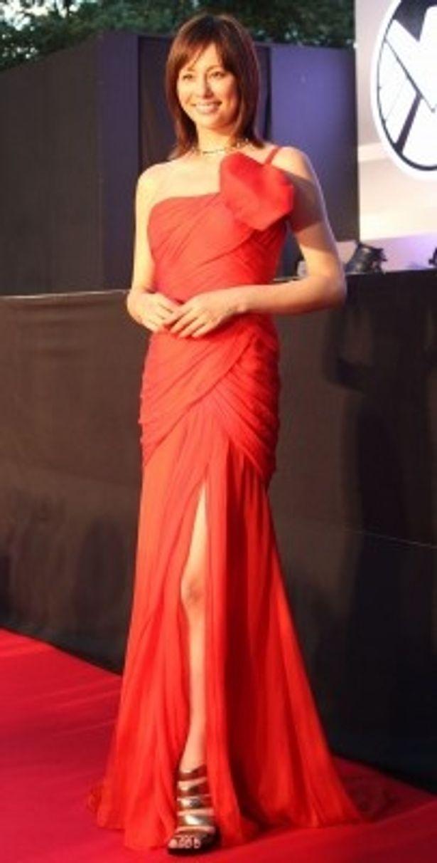 【写真を見る】美脚を大胆に見せた真っ赤なセクシードレスで登場した米倉涼子