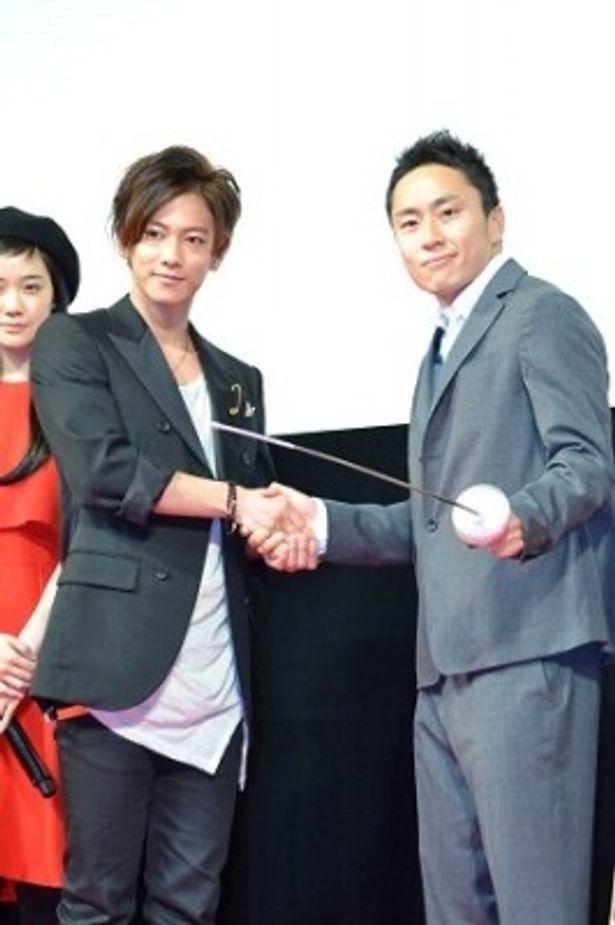 固い握手を交わす佐藤健と太田雄貴選手
