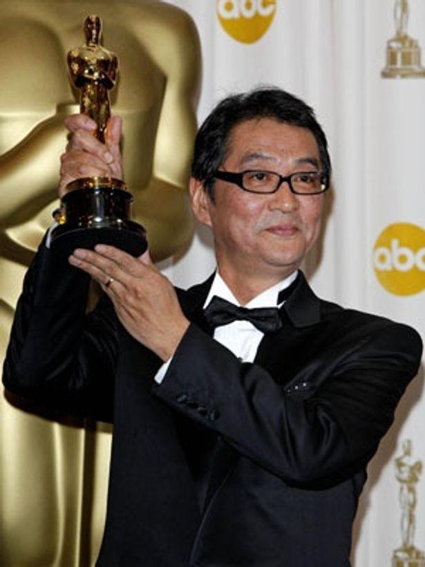 オスカー像を手にスピーチする滝田洋二郎監督