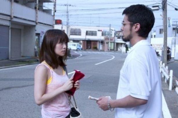 【写真を見る】大島優子扮するヒロイン鈴木未來が、山田孝之扮する丑嶋馨に「金を出せ」とすごまれるシーン
