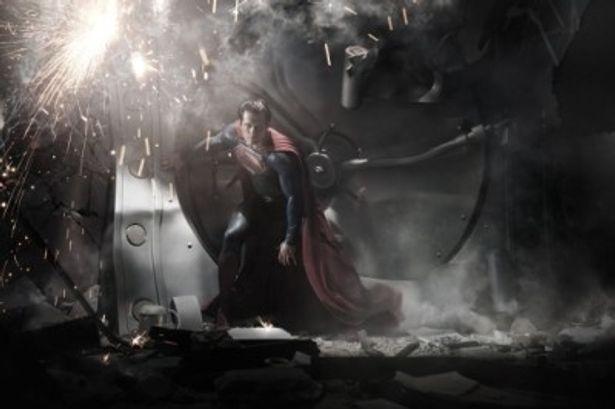 【写真を見る】主人公スーパーマンに抜擢されたのは新人のヘンリー・カヴィル