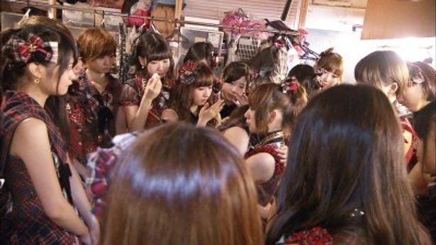 """8月27日に行われた""""前田敦子卒業公演""""では会場が涙に包まれた"""
