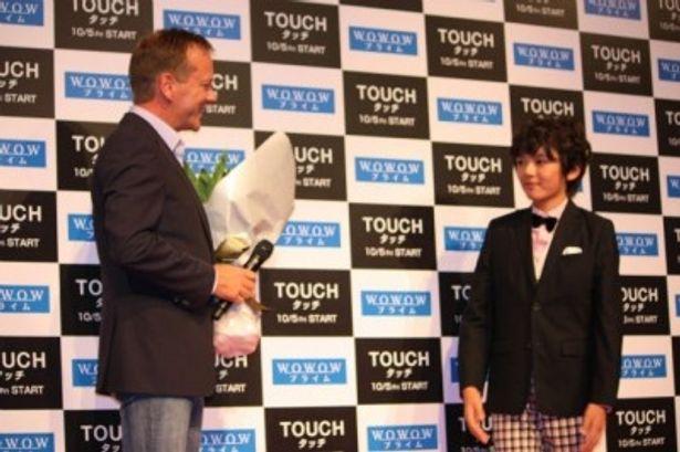 花束贈呈に訪れたのは人気子役の濱田龍臣
