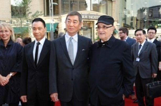 映画祭最高責任者のセルジュ・ロジークとレッドカーペットに登場した高倉健