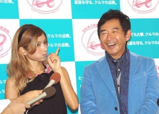 イベントに登場したローラと石田純一(写真左から)
