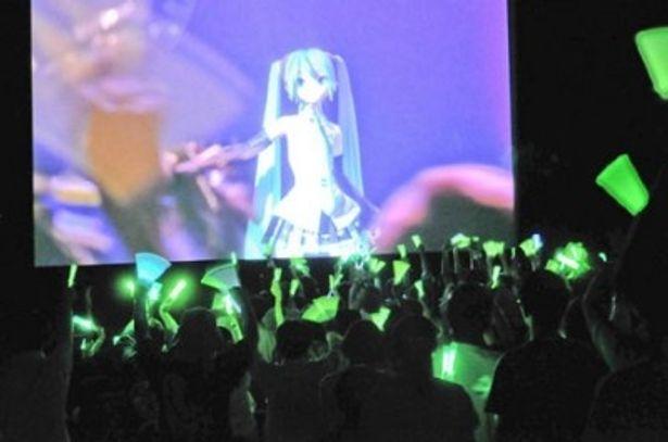 【写真を見る】曲に合わせて初音ミクのイメージカラーである緑色のサイリウムが振られる光景は幻想的
