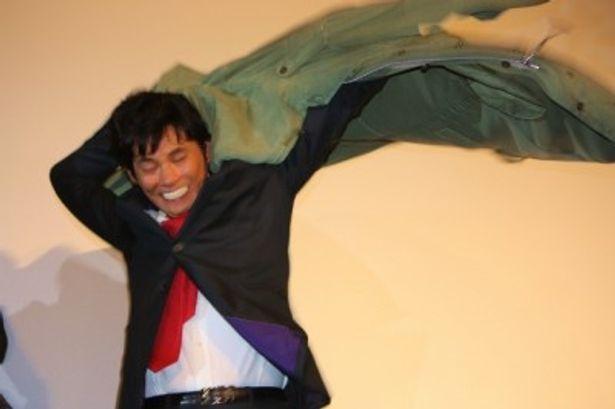 【写真を見る】感動!織田裕二が、青島俊作のコートをオープニング映像みたいに羽織って見せた!