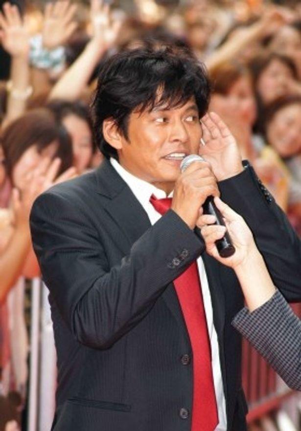 詰め掛けたファンにあいさつする織田裕二
