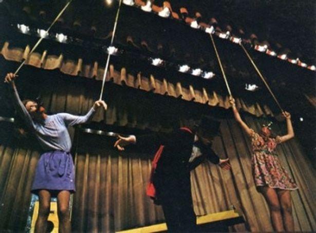 魔術師のモンターグは舞台上で美女を殺す魔術を披露する(『血の魔術師』)