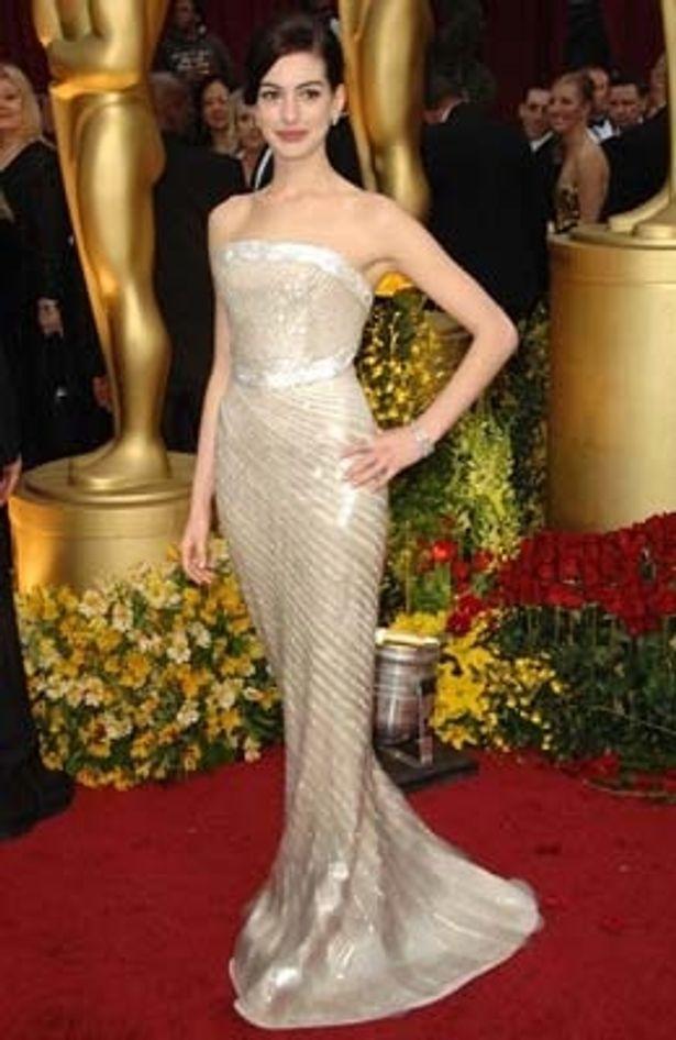 アン・ハサウェイのマーメイド型ドレス スタイルの良さが際立つ