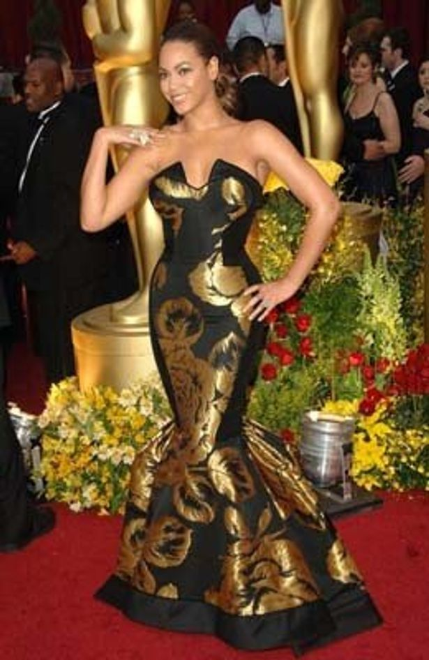 オリエンタルなドレスで登場!ビヨンセ