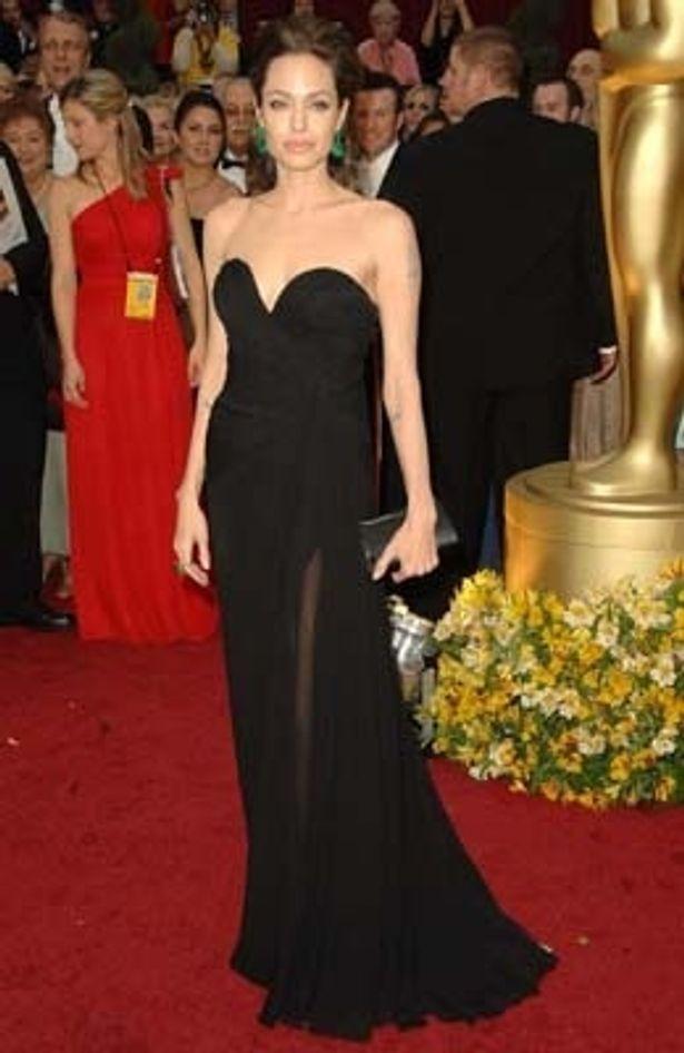足元がセクシーな黒のドレス アンジェリーナ・ジョリー