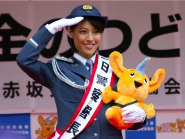 赤坂警察署の1日署長を務めた瀧本美織