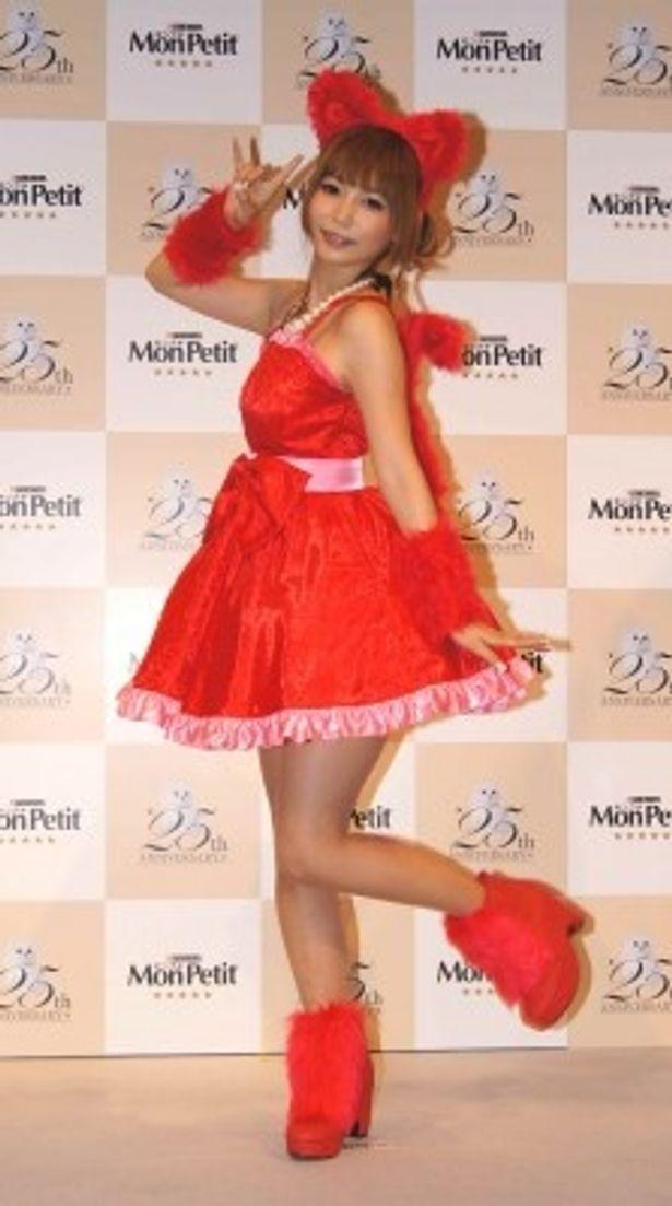 赤いミニスカドレス&ネコ耳の衣装で登場した中川翔子