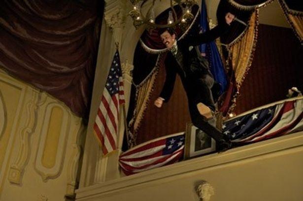 フォード劇場に飛び降りる暗殺者。一発の銃弾からドラマが始まる