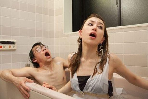 セクシーな宇宙人がお風呂調査!彫りの深さは本家に負けない?
