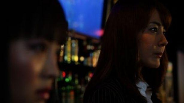 dollを囲う謎のバーオーナー、薫を演じる葉山レイコ