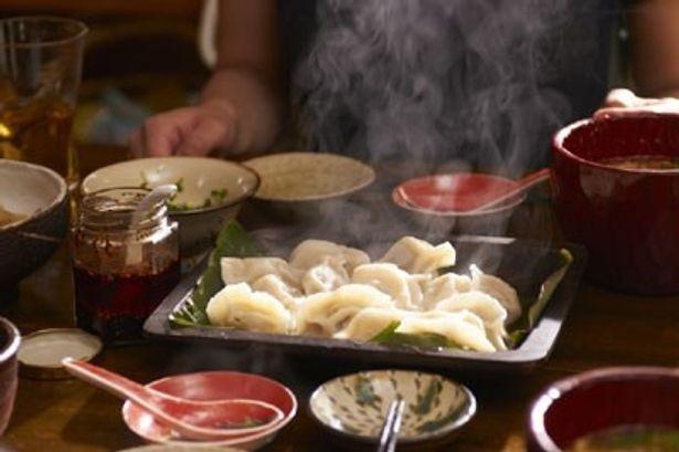 熱々の湯気が食欲をそそる水餃子など、美味しそうな料理が登場