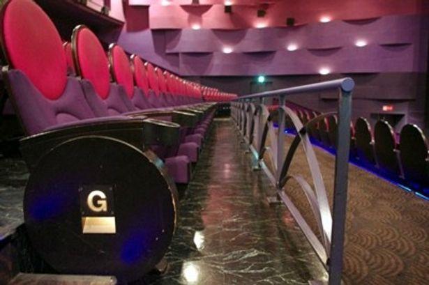 ゲストが登壇する上映では、G列を選ぶと目の前を著名人が横切ることも!