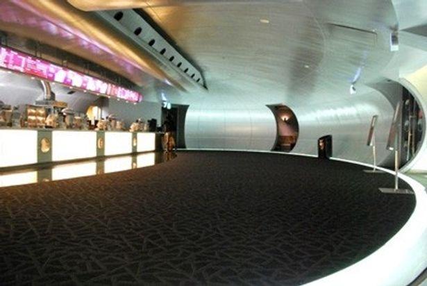 チケット販売のフロアだけでなく、劇場前にもドリンク・フードのコンセッションコーナーが