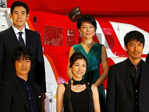 前列左から:堺雅人、竹内結子、阿部寛、後列左から:高嶋政伸、羽田美智子
