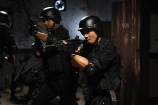 SWAT隊員とは思えないようなやりすぎの猛攻!