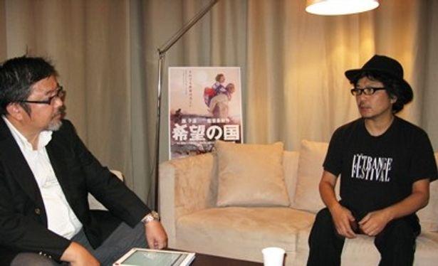 映画「希望の国」を中心に3.11以降の表現について語り合う園子温監督(右)と玉置編集長(左)