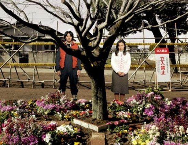 原発事故により故郷から避難することを余儀なくされる若い夫婦を村上淳と神楽坂恵が演じる