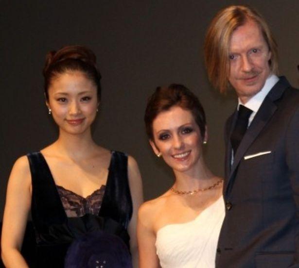 東京国際映画祭オープニングセレモニーに登壇したアンドリュー・アダムソン監督、エリカ・リンツ、上戸彩