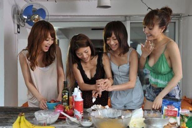 なにやら楽しそうに調理をする女学生たち。綺麗どころ揃いだ