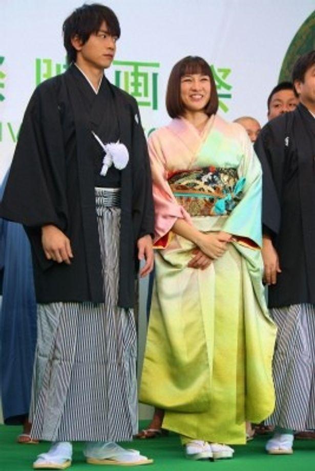 【写真を見る】グリーンカーペットでは、ヒロインを演じた伊藤歩とふたりで和装の2ショットを披露