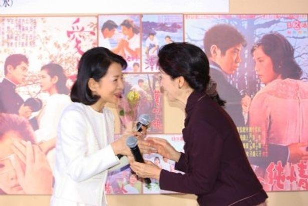 【写真を見る】吉永小百合が松原智恵子と少女のような表情で思い出話を語り合う
