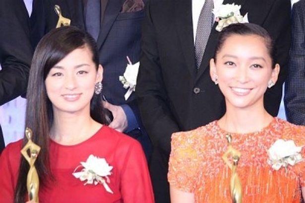 主演女優賞に輝いた尾野真千子さん(左)と助演女優賞の杏さん