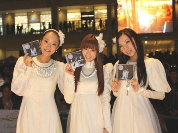 ラゾーナ川崎でリリース記念イベントを開催したKalafinaのWakana、Keiko、Hikaru(写真左から)