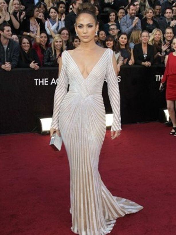第84回アカデミー賞のプレゼンターとして登場した時も、乳首が見えそうなドレスで話題になっていた