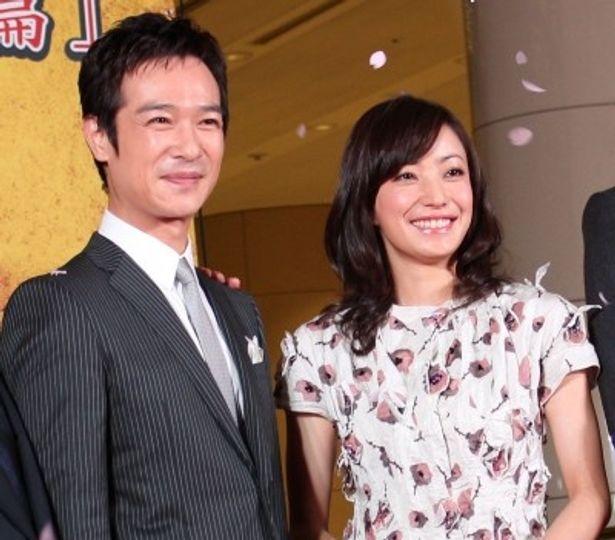 完成披露試写会に登場した堺雅人と菅野美穂
