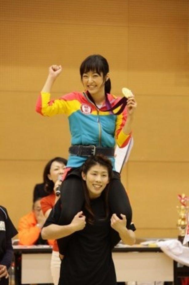 井上真央を肩車する吉田沙保里選手
