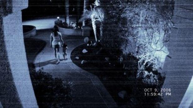 隣人が引っ越してきてからある一家に襲いかかる謎の超常現象を映し出す