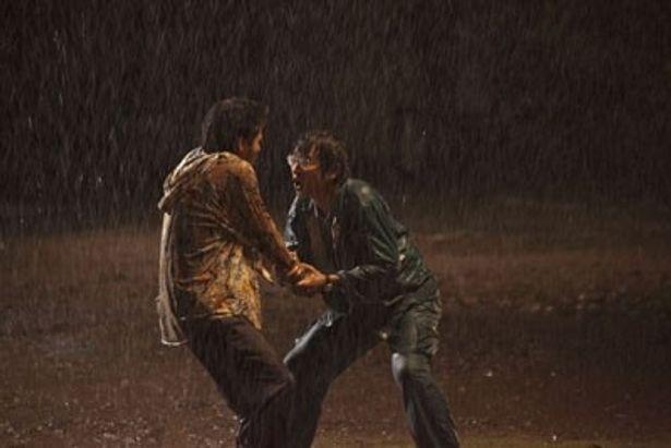 雨の中、傷ついたふたりの男の感情が交錯する