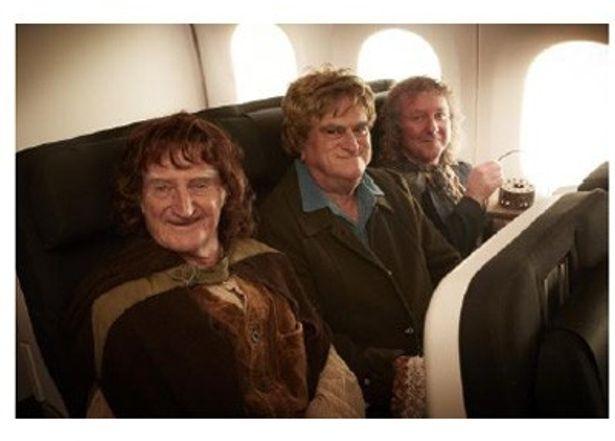 機内の座席に座るホビットたちが何ともユニーク!
