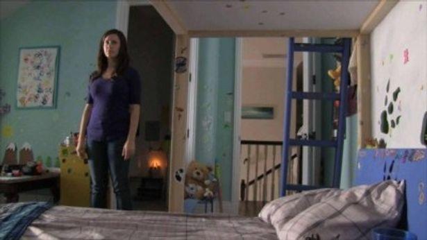 子供部屋に潜むケイティの姿が映し出されている