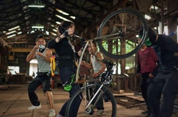 自転車をまるで手足のように使い、現れる敵を次々に倒していく