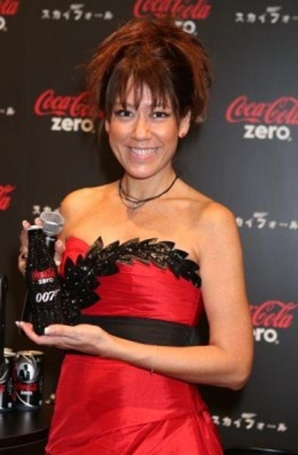 コカ・コーラ ゼロのブランドカラー、黒と赤が使用されたドレスに身を包んだLiLiCoさん