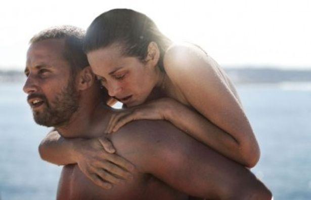 両脚を失ったシャチの調教師ステファニーを演じるマリオン・コティヤール