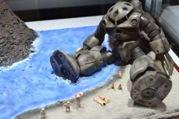 打ち捨てられたズゴックと人々の対比を表現した「終戦」