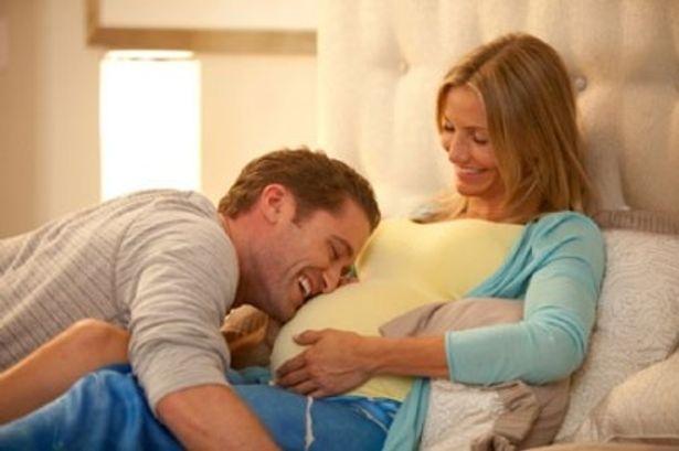 キャメロン・ディアス演じるジュールズはリアリティ番組で相手役を務めたダンサーとの間に子供ができてしまう