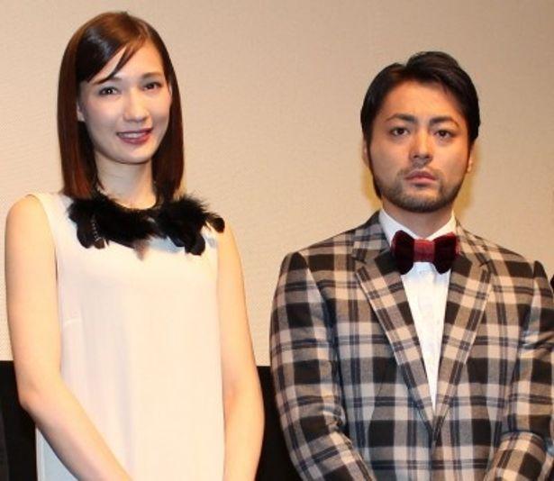 一人三役に挑んだ山田孝之とヒロインのマイコが初日舞台挨拶に登壇!