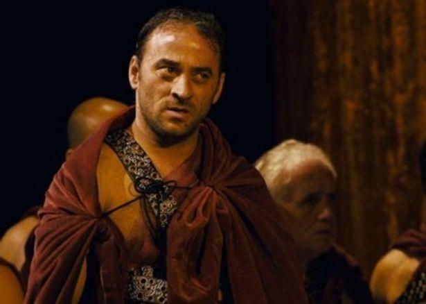 【写真を見る】ブルータス役のサルヴァトーレ・ストリアーノは元服役囚で、同刑務所での演劇研修のおかげで俳優に転身できたとか